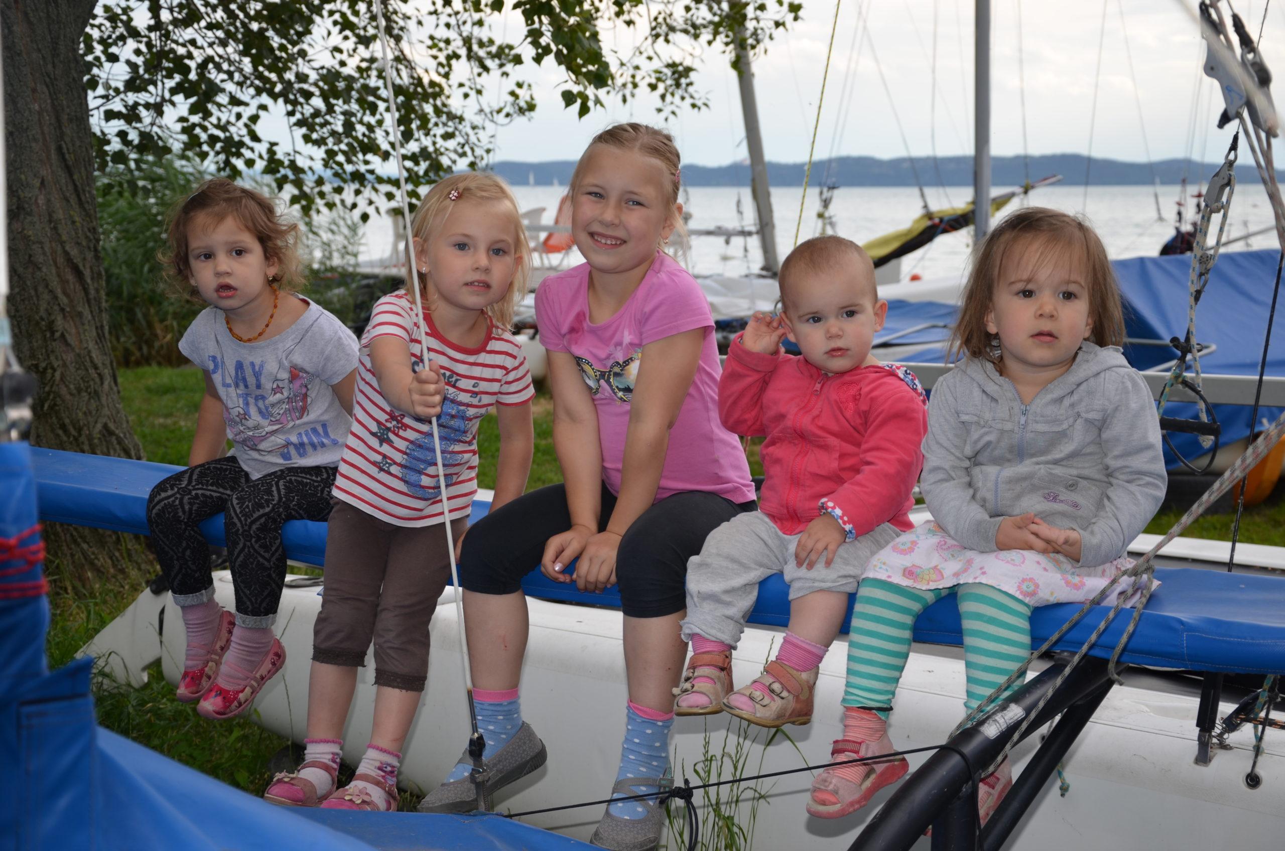 Gyerekek ülnek a katamarán hajón